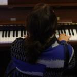 Miranda achter de akoestische piano